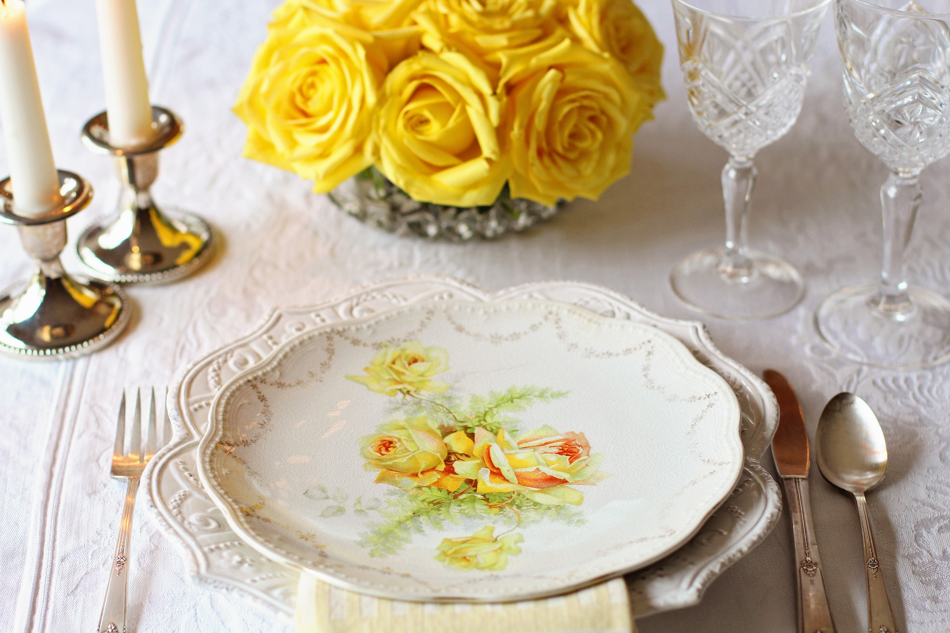 planning a wedding in france - summer table decoration