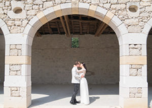 couple-kissing-under-arch